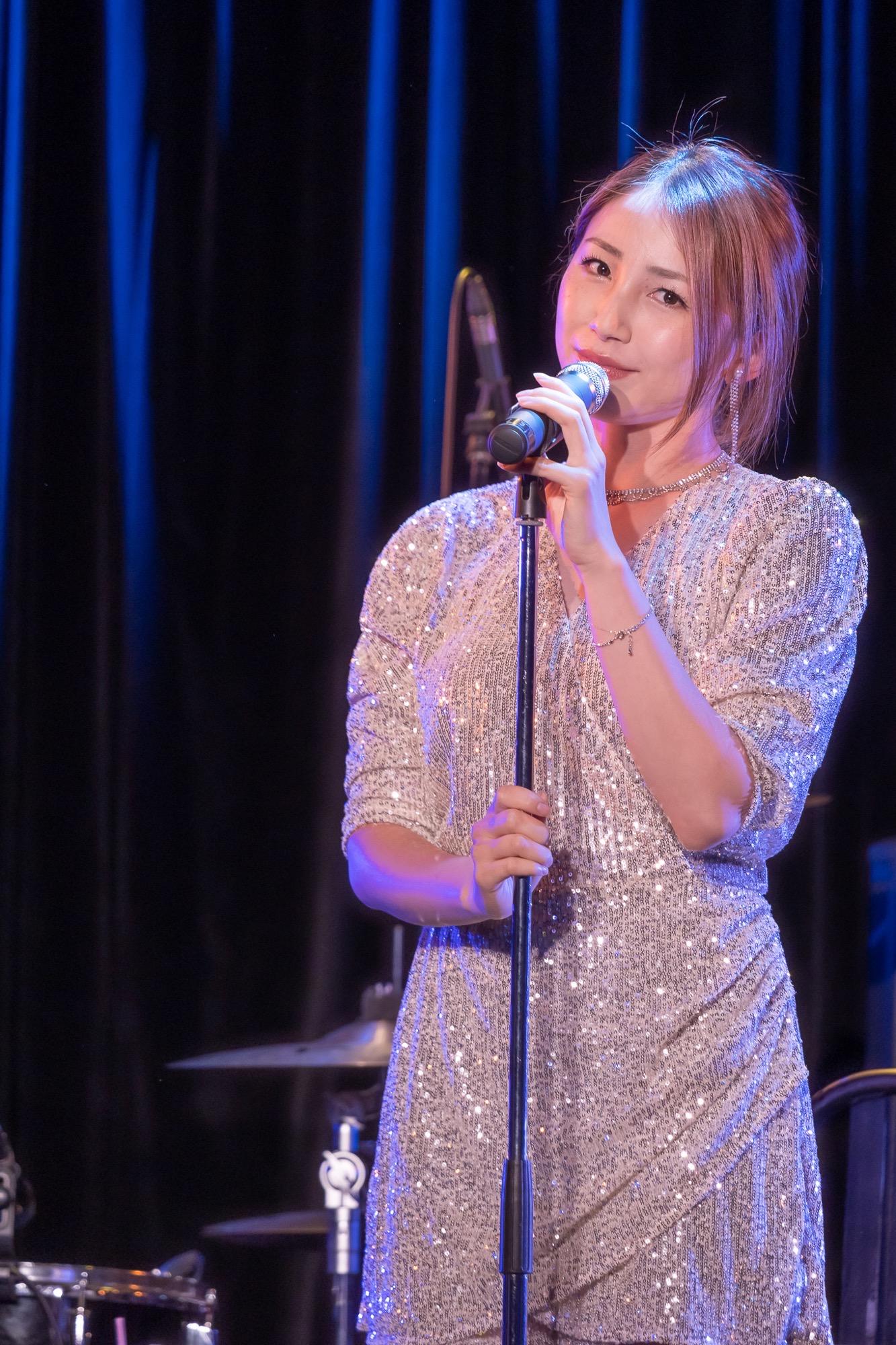 吉川友、新曲「どんな時も笑顔で」